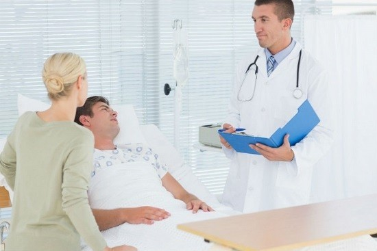 У мужчины осложнение после проведения цистоскопии