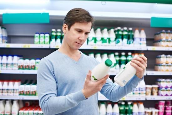 Мужчина выбирает кисломолочные продукты