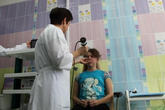 ЛОР-врач проводит эндоскопическое исследование