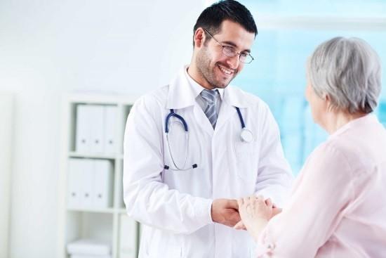 Пациентка готовится к проведению вентрикулоскопии