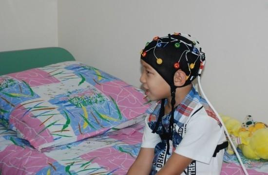Ребенку проводят видео-ЭЭГ мониторинг