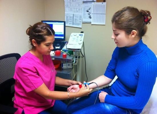В зависимости от обследуемой зоны врач определяет места наложения электродов