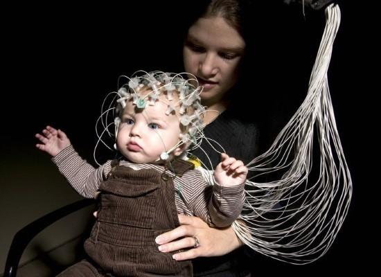 Маленький ребенок проходит ЭЭГ