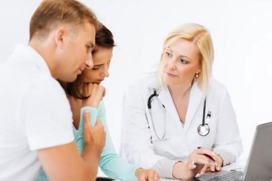 Семейная пара на приеме у врача-репродуктолога