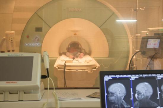 Малыш под наркозом в капсуле магнитно-резонансного томографа