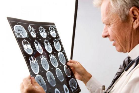 Рентгенолог изучает снимок