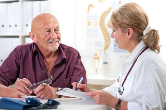 Доктор рассказывает больному о необходимости сделать магнитно-резонансную томографию