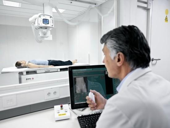 Рентгенолог дает команды пациентке