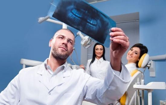 Стоматолог изучает ортопантомограмму пациентки