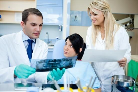 Врач анализирует панорамный снимок зубов