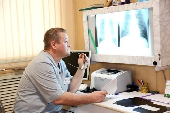Врач-рентгенолог делает описание снимков