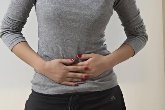 Женщина испытывает дискомфорт после кольпоскопии