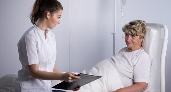Женщина после лапароскопического вмешательства
