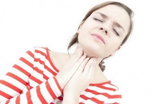 Пациентка жалуется на ощущение сухости в горле после наркоза
